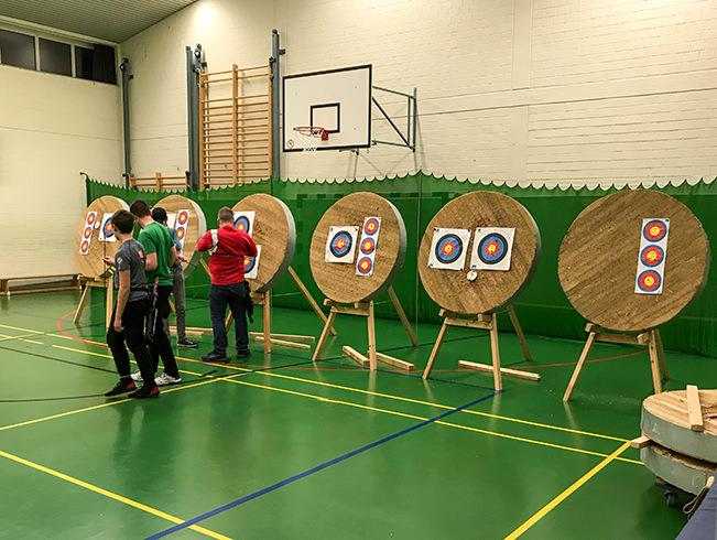 Schützen vor Zielscheiben in der Halle